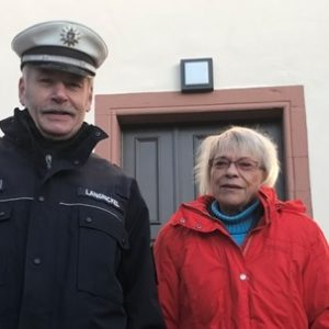 Kristina Paulenz mit Ortspolizist vor dem Schlosseingang